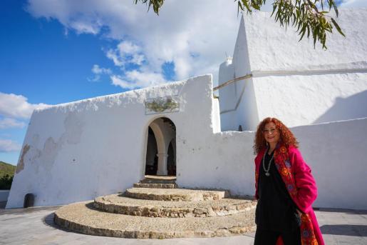 La investigadora e historiadora Marga Guasch, en las inmediaciones del Puig de Missa de Santa Eulària.