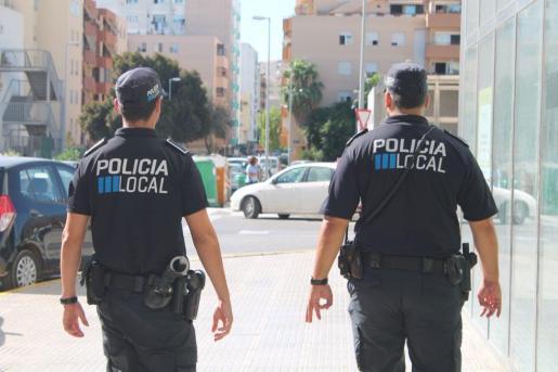 Imagen de archivo de dos agentes de la Policía Local de Ibiza.
