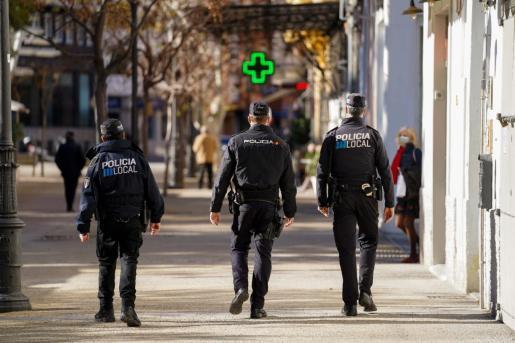 Dos agentes de la Policía Local de Vila y otro de la Policía Nacional patrullan juntos por la ciudad de Ibiza.