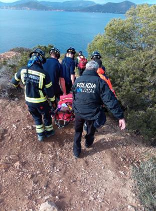 Bomberos y policías locales portearon a la mujer hasta la ambulancia.