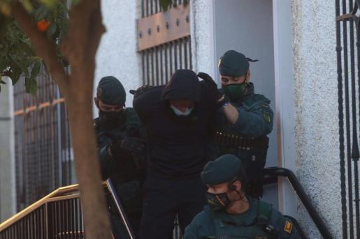 Salida de los juzgados de Fuengirola (Málaga) de 'El melillero', detenido por supuestamente rociar con ácido a su exnovia y una amiga.