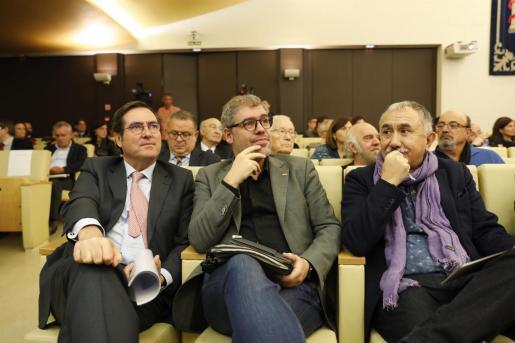 El presidente de la CEOE, Antonio Garamendi; el secretario general de CCOO, Unai Sordo; y el secretario general de UGT, Pepe Álvarez, en una imagen de archivo