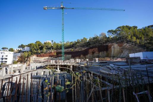 Tanto las obras de Vadella 24 (izquierda) como la depuradora de Cala Vadella se encuentran en medio del cauce del canal de Ses Coves, según Recursos Hídricos.