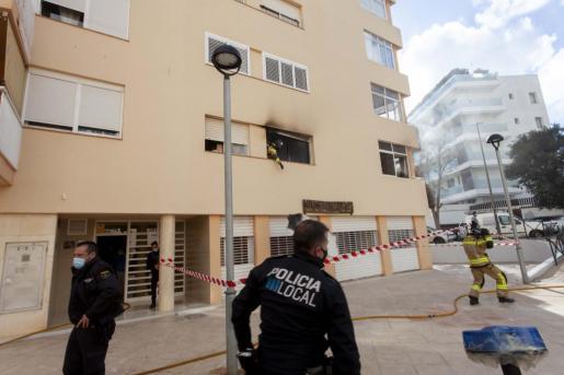 Habitación envuelta por las llamas. La Policía acordonó la zona para facilitar los trabajos de extinción de los bomberos que tuvieron que acceder a la casa con equipos autónomos de respiración debido a la gran cantidad de humo que generó el incendio que calcinó una habitación.