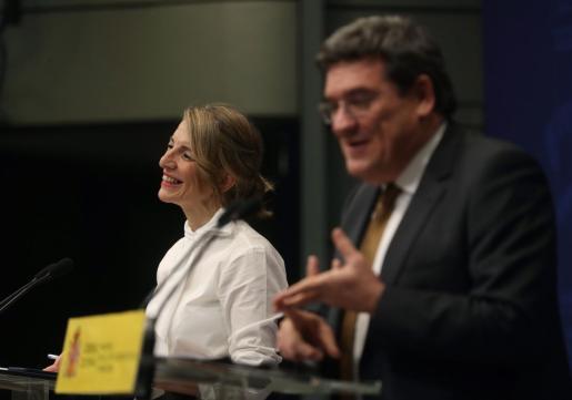 La ministra de Trabajo y Economía Social, Yolanda Díaz (i), y el ministro de Inclusión, Seguridad Social y Migraciones, José Luis Escrivá.