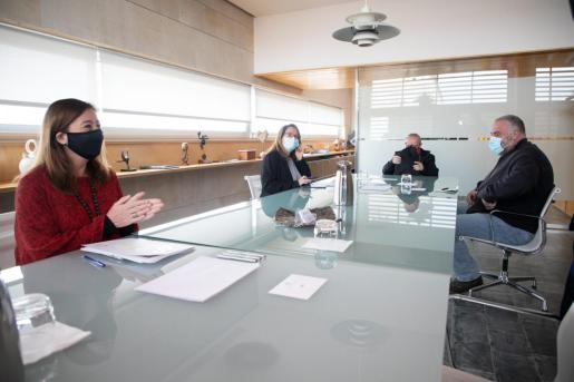 Francina Armengol durante su reunión con la Mesa de Diálogo Social en Menorca.