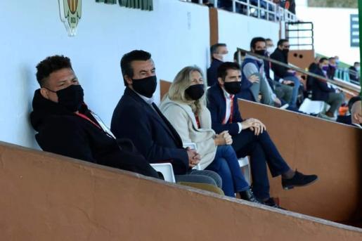 La alcaldesa de Santa Eulària y el concejal de deportes en el palco del estadio de la Peña Deportiva el día del partido contra el Valladolid por la Copa del Rey.
