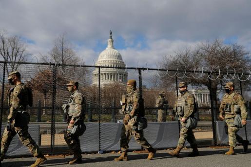 Miembros de la Guardia Nacional custodian el Capitolio.