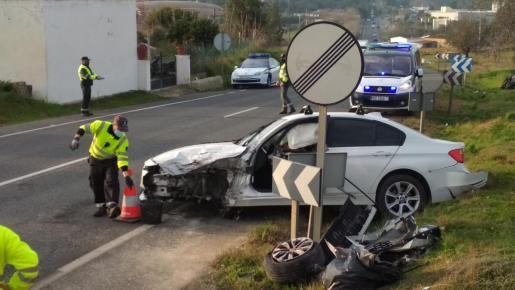 En el accidente se han visto afectados tres vehículos, dos coches y una moto que circulaban primera hora del día por la carretera de Santa Eulària.