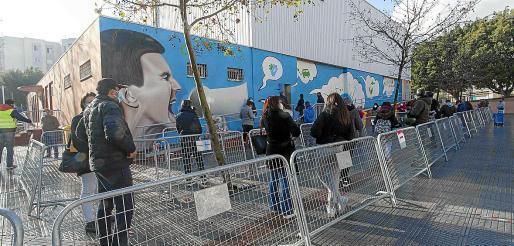 Un total de 1.291 vecinos de Vila pasaron ayer por el polideportivo de es Pratet para someterse al test de antígenos.