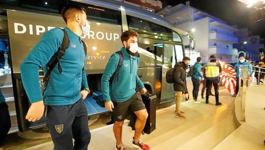 Yuri y Villalibre salen del autocar que les trasladó anoche al hotel Los Molinos.