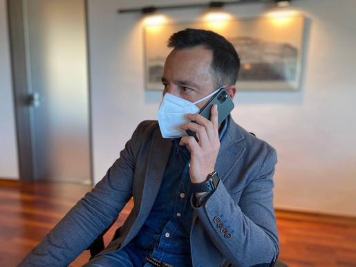 Rafa Ruiz hablando por teléfono con el ministro Salvador Illa sobre la situación de la pandemia en Ibiza.