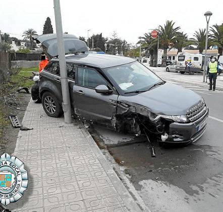 El vehículo acabó perdiendo una rueda delantera y fue frenado por una farola.
