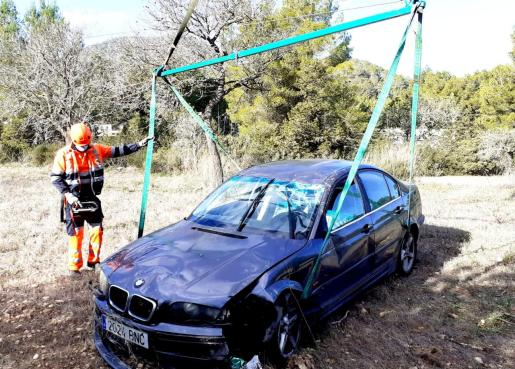El coche ha sido recuperado por un equipo de auxilio en carretera de Grúas Ibiza con la ayuda de una grúa de gran tonelaje.