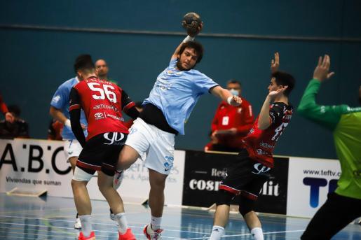 Una acción del partido entre la UD Ibiza HC Eivissa y el Burgos.