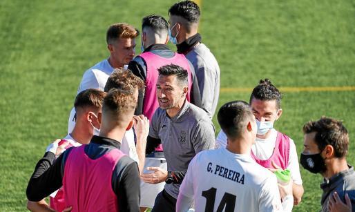 Casañ, en el centro, charla con uno de sus jugadores antes de la prórroga del partido copero contra el Valladolid.