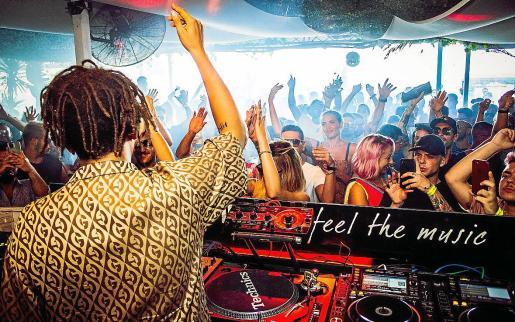 Actuación de un dj en el beach club de Platja d'en Bossa, en una imagen del verano de 2019