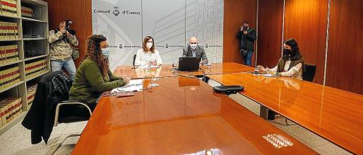 El sábado Francina Armengol se reunió con Vicent Marí, María Fajarnés y los agentes sociales.