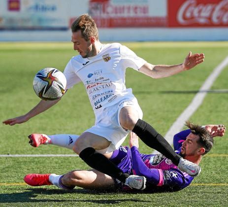 Nacho recibe la entrada de un jugador del Valladolid durante el partido de Copa del Rey celebrado hace una semana.