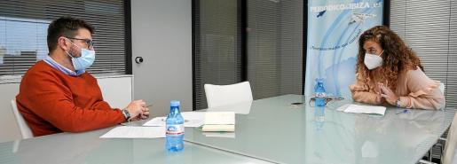 Pilar Costa respondiendo a una de las preguntas del director de Periódico de Ibiza y Formentera, Agustí Sintes, en la sede del Grupo Prensa Pitiusa.