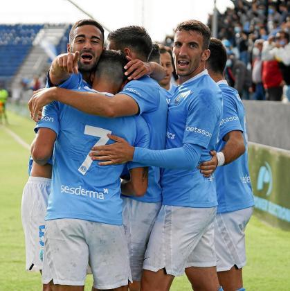 Rubén, a la izquierda, en la celebración de un gol.