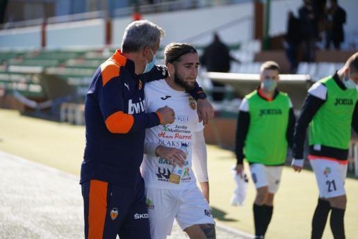 Andrada, consolado por el técnico del Valencia Mestalla.
