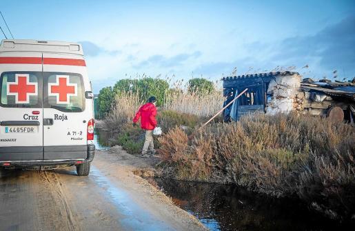 El servicio de atención a personas que residen en chabolas y asentamientos sale cada viernes. A las 08.00 horas, los voluntarios preparan los alimentos a repartir y empiezan la ruta.