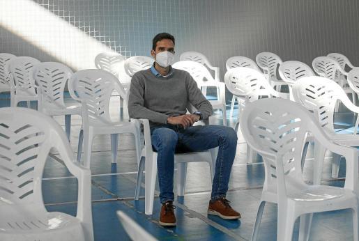 El coordinador de la Central Covid, en el polideportivo de Ses Païsses durante el montaje del dispositivo de cribado.