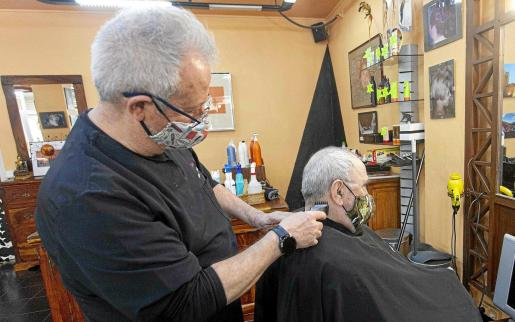 Pepe Pérez lleva varias décadas atendiendo en su peluquería Pérez Peluquero del centro de Ibiza y ahora vive una situación muy complicada.