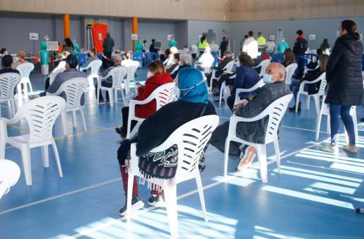Vecinos de Sant Antoni esperan su turno en el polideportivo para realizarse el test de antígenos.