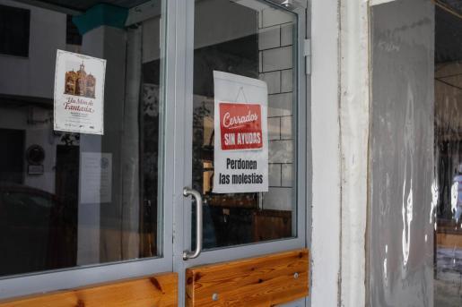 Algunos negocios de hostelería han colgado el cartel de 'cerrado sin ayudas'.