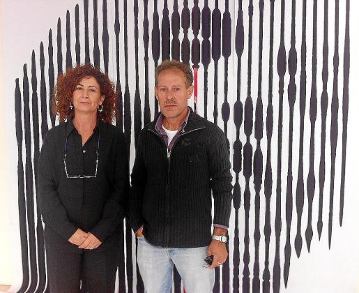 La consellera de Cultura, Pepita Costa, y el pintor Carles Guasch, ayer, en el Centre Cultural de s'Alamera frente a una obra de Gabriel Morera.
