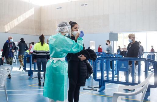 Personal sanitario realiza un test de antígenos a una vecina de Sant Antoni durante la segunda jornada de trabajo.