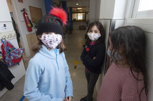 Alumnos en el pasillo de un colegio en Ibiza.