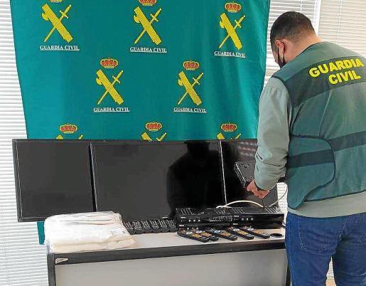Agente de la Guardia Civil coloca los materiales sustraídos y recuperados durante la investigación.