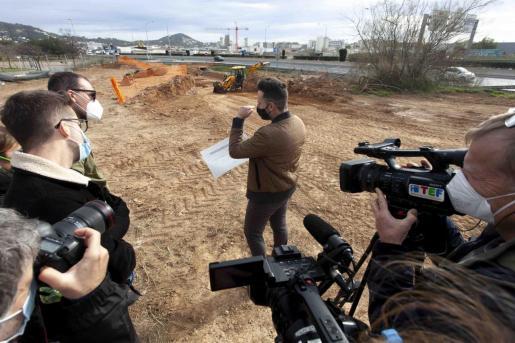 El conseller Mariano Juan, ayer a mediodía explicando el proyecto de la pasarela de 53 metros que unirá Puig d'en Valls y Vila