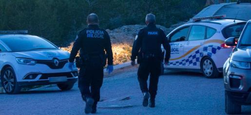 Agentes de la Policía Local de Vila, en Cas Mut el domingo.