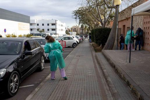Colas de coches en el Centre de Salut Es Viver, ayer, para hacerse la prueba PCR.
