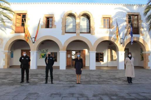 Carmen Ferrer ha asistido al acto de toma de posesión del agente de la Policía Local.