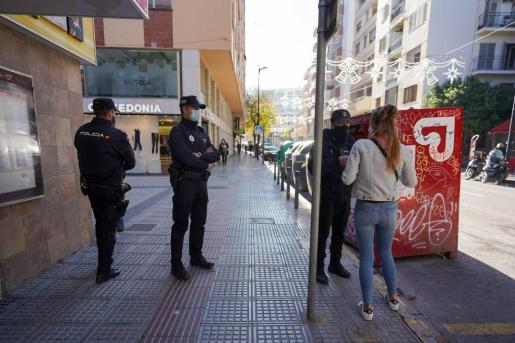 Agentes de la Policía Local de Ibiza y de la Policía Nacional informan a una vecina sobre las nuevas restricciones.