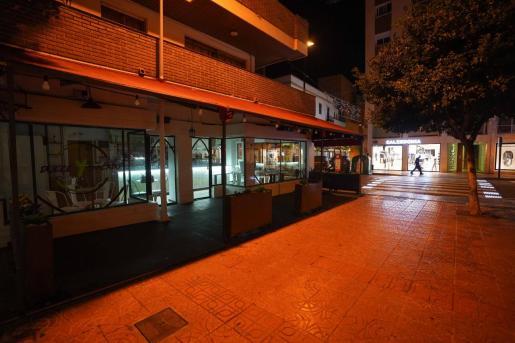 Un bar de Ibiza cerrado por las restricciones.