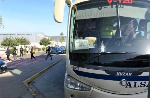 Sant Antoni habilita autobuses para que acudan al cribado alumnos de los institutos.