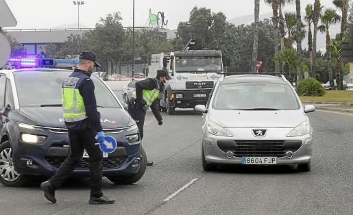 Un control policial en el segundo día del estado de alarma.