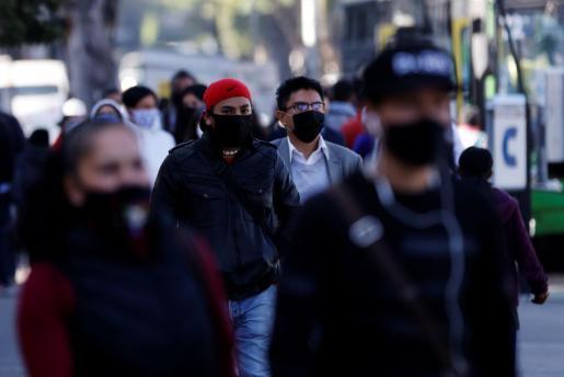 Gente con mascarilla en México.