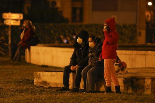 Vecinos de Granada salen a la calle tras los fuertes terremotos de este martes.