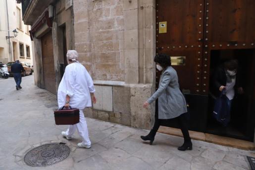 Las sanitarias salen de la residencia de Sant Pere i Sant Bernat tras vacunar a los usuarios.