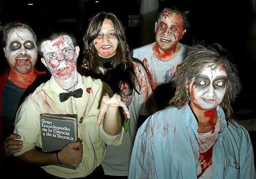 Quienes así lo quisieron fueron maquillados para la ocasión, antes de disfrutar de la sesión de cine.