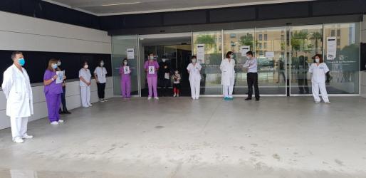 Minuto de silencio celebrado por el personal sanitario durante el confinamiento.