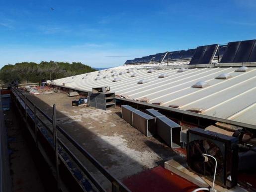 Trabajos de reemplazo de maquinaria en la piscina municipal de Formentera.