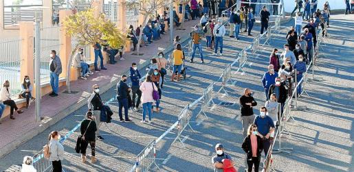 Una millar de vecinos del municipio de Sant Joan y Santa Eulària se acercaron a participar ayer en el cribado.